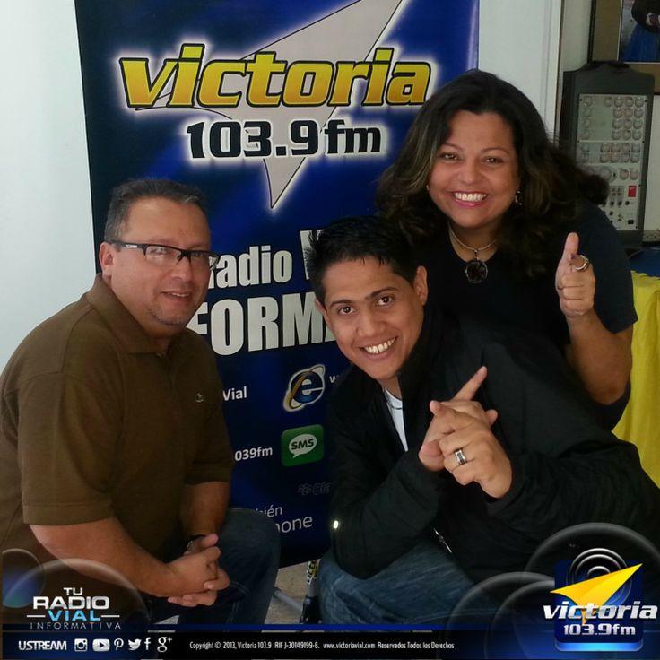 """Hoy Amira, José Ignacio y Félix compartieron de lo lindo en """"Noticias en Acción"""" el programa que cada mañana y, en especial cada viernes, te llena de risas y alegría a través de la señal de Victoria 103.9 FM… #TuRadioVial"""