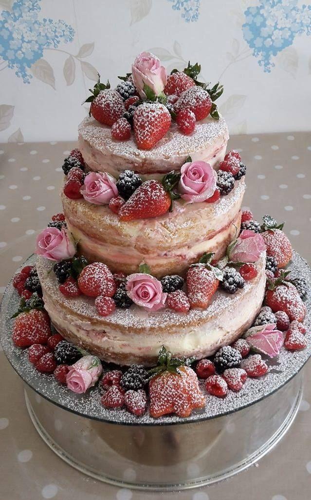 Rustikale Hochzeitstorte mit echten Rosen und Erdbeeren.
