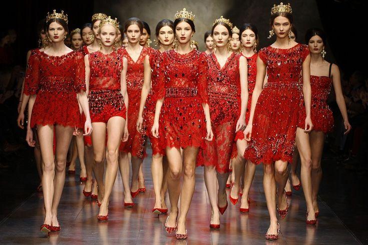sfilata dolce gabbana autunno inverno 2013 2014 pizzo rosso corone milano fashion week