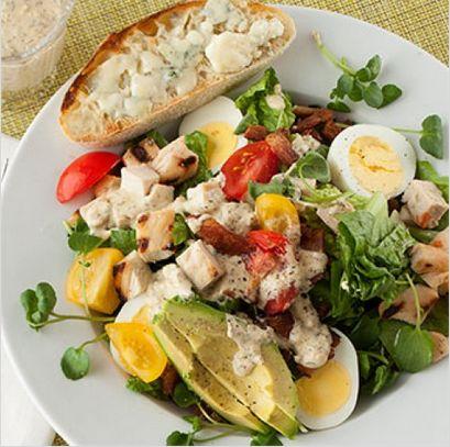 #Salade #cobb #poulet #vinaigrette #sauce #ranche #oeuf #avocat #bacon #tomate #recette l Follow Sophie's Store on Pinterest