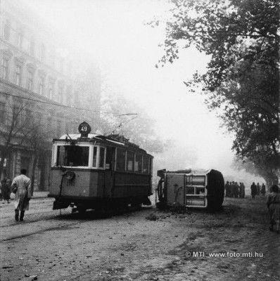 Budapest, 1956. október 25. Forradalom és szabadságharc Magyarországon, 1956-ban. A képen: Fölborított 49-es villamos a Múzeum körúton. MTI Fotó: Bojár Sándor