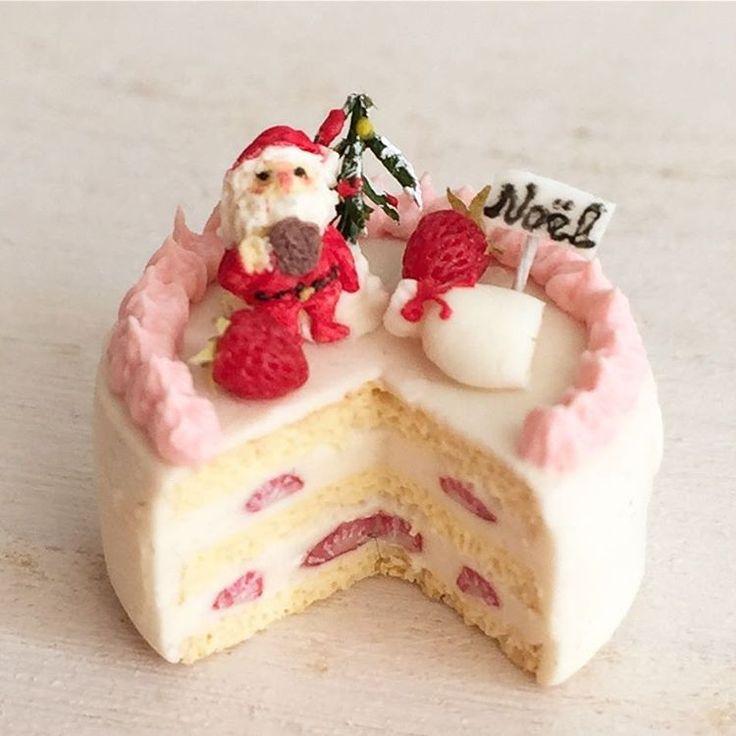 クリスマスシリーズです。今度のサンタさんはチョコレートクッキーを食べて休憩中。待ちぼうけの女の子もいます。お手紙に見立てたハニークリームパイも。後ほどヤフオクへ出品します(^^) #ミニチュアフード#ミニチュア#ドールハウス#ハンドメイド#樹脂粘土#食品サンプル#粘土#カップケーキ#クリスマスケーキ#クリスマス#サンタクロース#miniaturefood #miniature#dollhouse #cupcakes #polymerclay #clay #sweets #handmade