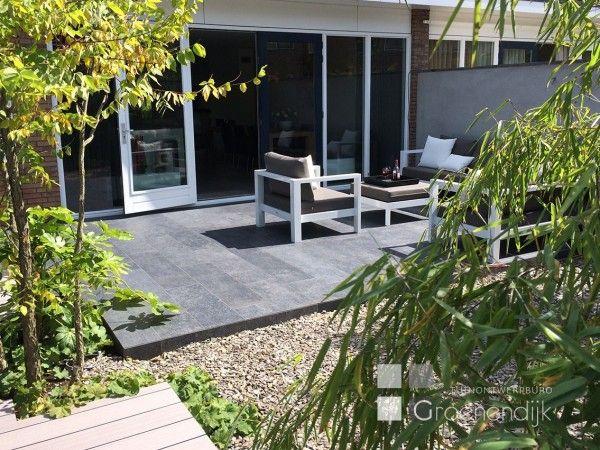 Kleine moderne tuin in Reeuwijk met natuurlijke sfeer