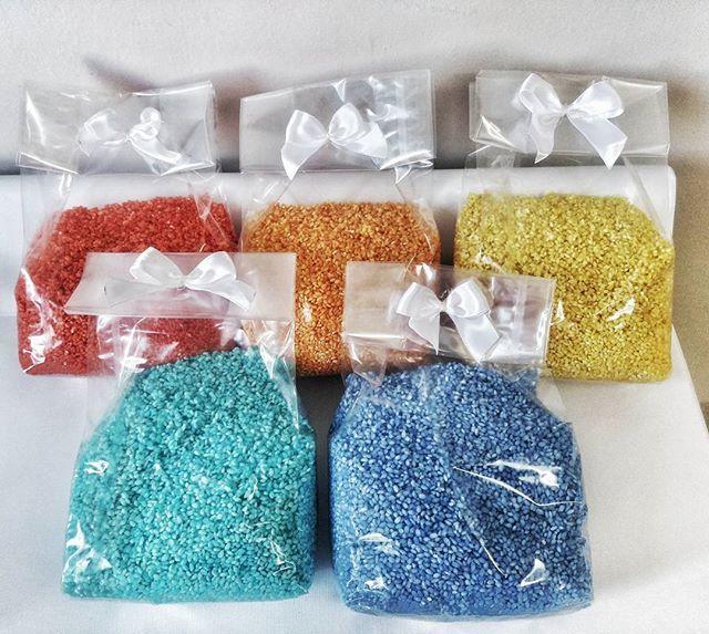 Riso colorato realizzato per un matrimonio.  #riso #rice #weddingrice #risopermatrimoni #matrimoniocolorato #wedding #weddings #intrecciamo❤