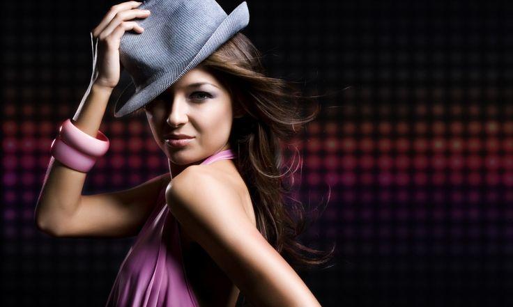 Современные дизайнеры все чаще обращаются к удивительной культуре Латинской Америки и предлагают современным модницам платья в стиле латино. В этих платьях можно прийти не только на специальную вечеринку и танцевать там румбу и сальсу. Нет, бывают вечерние, коктейльные и свадебные платья, сшитые в этом стиле. В чем их особенности? Сексуальная юбка Особого кроя юбка отличает […]