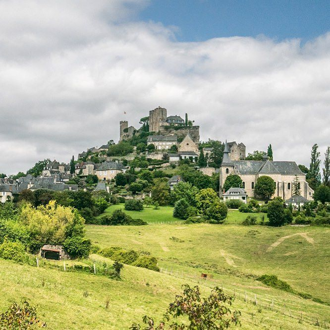 A Turenne en Correze ! #correze #turenne #voyage #travel #blog #plusbeauxvillagesdefrance #France #midipyrenees #picoftheday #village  #city #ville overview #sightseeing