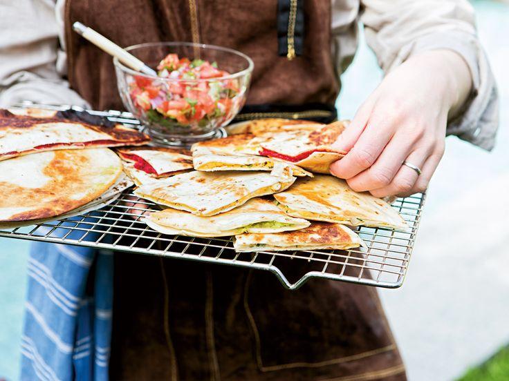 Quesadillas med inlagd rödlök, hummus, kokosbacon eller paprikaröra | Recept från Köket.se