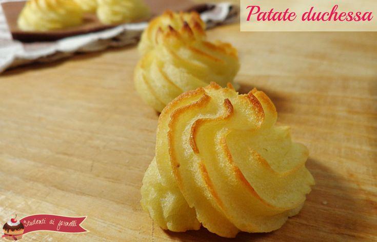 Le patate duchesse sono un contorno semplice e sfizioso, un' alternativa al purè di patate. Patate duchesse perfette per cene con amici o aperitivi a buffet