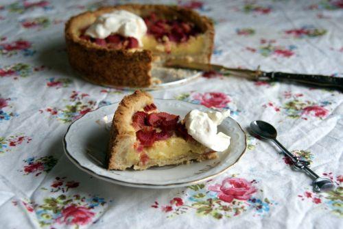 Healthy, sugar-free and gluten-free rhubarb pie with homemade vanilla cream.  Sunn, sukkerfri og glutenfri rabarbra pai med hjemmelaget vaniljekrem.