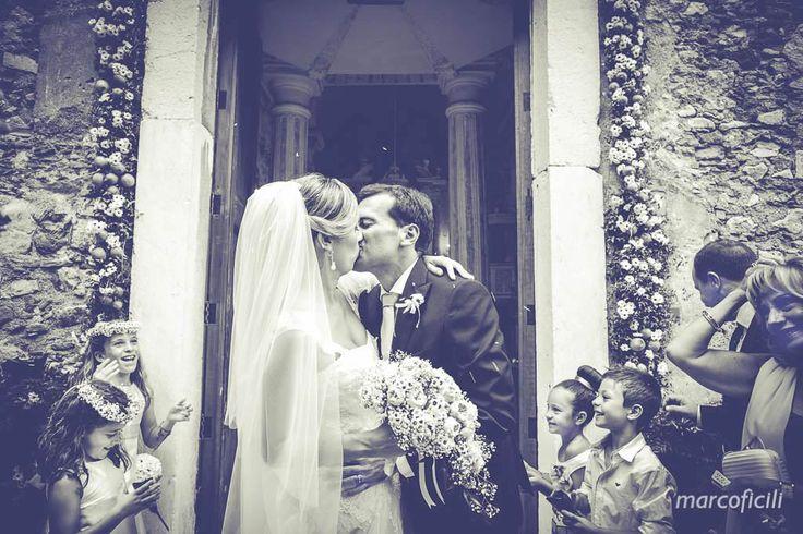 Bacio degli sposi. Chiesa del Varò, Taormina. Matrimonio magico.