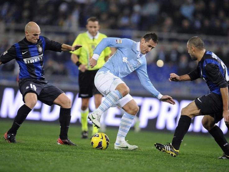 Esteban Cambiasso (l) und Walter Samuel (r) von Inter Mailand bringen Miroslav Klose (M) nicht unter Kontrolle, der Lazio Rom zum 1:0-Sieg schiesst. (Foto: Maurizio Brambatti/dpa)