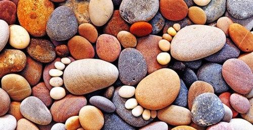 キュンとくるかわいらしさ…小石6個を並べた「足あと」アートの写真いろいろ:らばQ