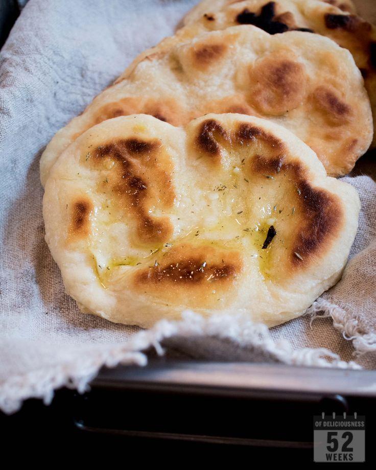 Helpot ja herkulliset flatbread - leipäset syntyvät pannulla paistaen. Mausta leipäset tuhdin makuisella valkosipuliöljyllä ja nauti lämpimänä.