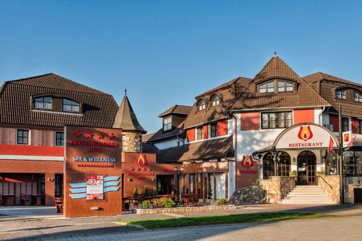 A családias hangulatú Hotel Piroska a Bük város szívében található. A hangulatos épületkomplexum színvonalas étteremmel, saját, 3 medencével rendelkező élményfürdővel, szaunavilággal, gyógyászati részleggel várja vendégeit. A sokszínű wellness- és programkínálat is garantálja az idelátogatók pihenését. Napsugár Játszópark 1.700 m2-en, egész évben nyitva tartó korcsolyapálya, bowling pálya, fitness terem és egyéb szórakozási lehetőségek várják egész évben a vendégeket.