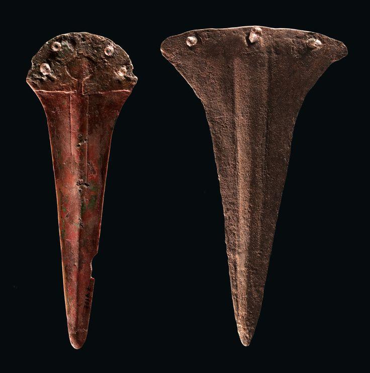 21.- La metalurgia argárica se centra en la producción de útiles y armas. Por vez primera se fabrican instrumentos, como alabardas y espadas, diseñados específicamente para el combate. Los lingotes de cobre eran transportados hasta el poblado central recorriendo grandes distancias. (En la fotografía: 2 alabardas. La de la derecha procede de El Argar (Antas) y la de la izquierda, de la tumba 54A de Fuente Álamo (Cuevas de Almanzora)).