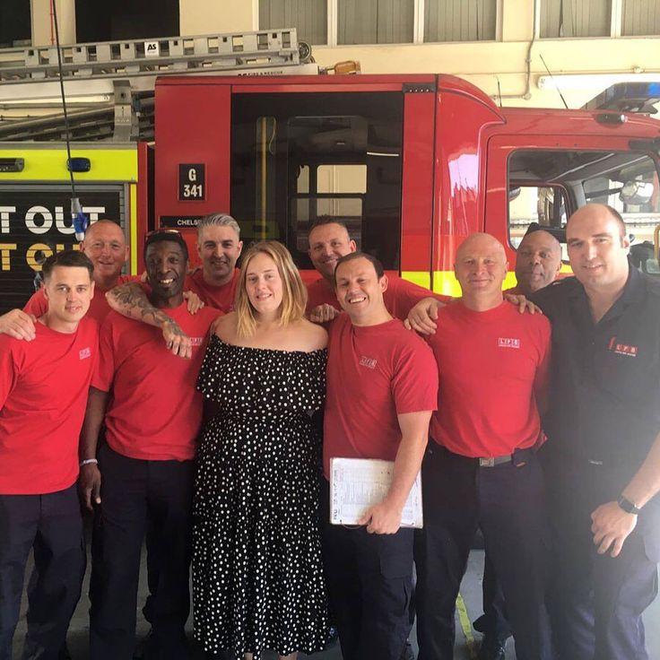 Adele visita por sorpresa la estación de bomberos de Chelsea y comparte la hora del té con los valientes bomberos que combatieron el incendio de la torre Grenfell de Londres. ❤️👨🚒👩🚒💫 (Fotos: London Fire Brigade / Facebook) #adele #bomberos #londres #chelsea
