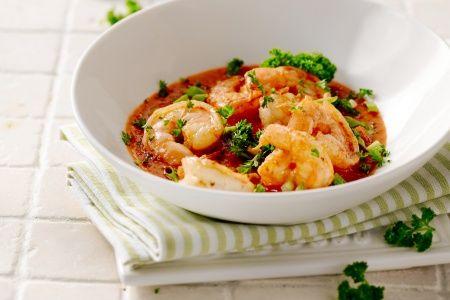 visschotel - scampi's, ansjovisfilets, ... - Verhit wat olijfolie in een diepe pan. Voeg de ansjovisfilets toe en roer tot ze smelten. Voeg de chilipeper en de knoflook toe en roerbak 1 tot 2 minuten. Schenk de wijn bij in de pan en laat de alcohol verdampen. Roer de tomatenpuree erdoor.