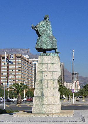 Die standbeeld van Dias in Kaapstad staan op die kruising van die Heerengracht en Coen Steytler-boulevard. Op 12 Maart 1960 is hierdie beeld onthul op die grasperk voor die kunsgalery in die Kompanjiestuin. Later jare is hierdie brons beeld soos met die Maria van Riebeeck-standbeeld verskuif om naby die hawe-ingang, die Poort van Afrika, te staan.