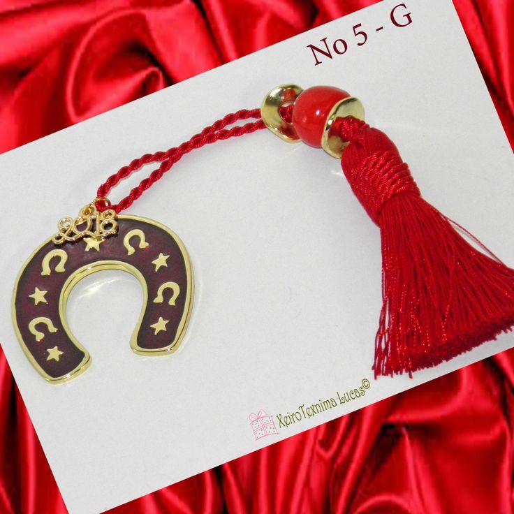 Μεταλλικό πέταλο σε χρυσό χρώμα με κόκκινο σμάλτο δεμένο σε γούρι για το 2018 με μία κόκκινη φούντα διακοσμημένη με μεταλλικές ροδέλες και μία κεραμική κόκκινη χάντρα. Ελληνικό χειροποίητο προϊόν. Good luck charm for 2018. A metal horseshoe with red enamel on a red tassel decorated with metal grommets and a red ceramic bead. Greek handmade product.