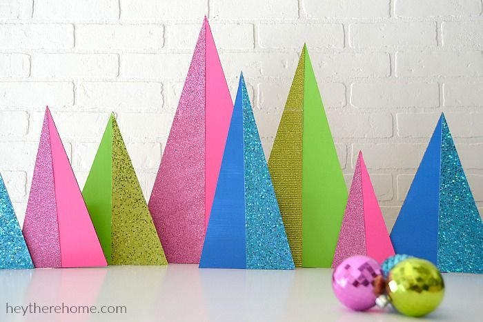 Modern Christmas Trees DIY με χαρτόνια glitter. Στέκονται με κολλημένο ρολό χαρτιού από πίσω. Χρώματα ασημί-χρυσό και πασπαλίζω με μεταλλιζέ αστέρια