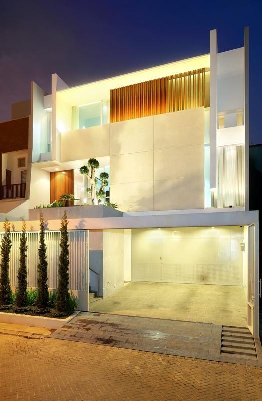 Leo House / Edha Architects Architects: Edha Architects / Edy Hartono Location: Kelapa Gading, Jakarta , Indonesia Project area: 240 sqm Project year: 2009 – 2010 Photographs: Fernando Gomulya – Tectography