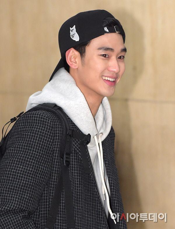 Photos Kim Soo Hyun Surprised At Large Amount Of Fans Aktor Gambar Pasangan Gambar