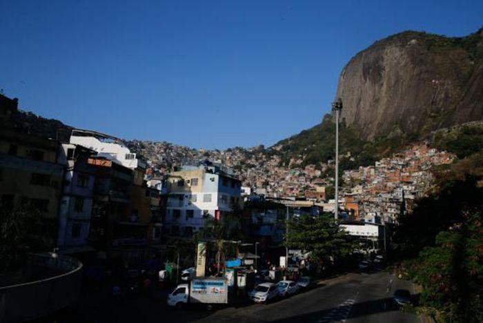 Aeronáutica fecha espaço aéreo para facilitar voo de helicópteros na Rocinha