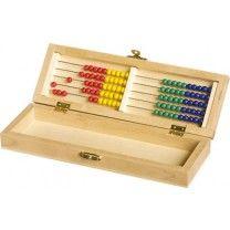 Stifteetui Bürobox mit Rechenrahmen In dieser schlichten Holzbox verbirgt sich ein Abakus. Handlich für den Schulranzen, kann die Bürobox mit in die Schule genommen und das Zählen gelernt werden. Zugeklappt finden auch noch Stifte und ein Radiergummi ihren Platz. ca. 22 x 7 x 3 cm