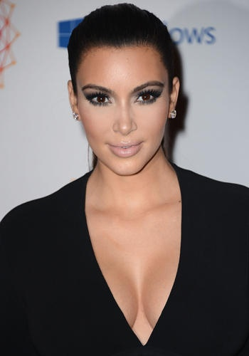 European Music Awards 2012: Kim Kardashian.    L'immancabile prezzemolina social non poteva mancare ad un'appuntamento in vista come gli European Music Awards. In versione dark lady, ha esibito un décolleté da urlo. I capelli raccolti nella sua classica coda, il trucco nude e lo smokey da gatta (con ciglia finte XXL): dove l'abbiamo già vista così? Ah, già: ovunque.
