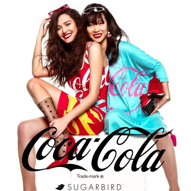Igazi különlegességgel készülünk idén a tavaszi GLAMOUR-napokra a Sugarbird divatmárkával közösen. A Sugarbird exkluzív Coca-Cola kollekciója pontosan a GLAMOUR-napok kezdetével debütál, így ez idő alatt máris 20% kedvezménnyel vásárolhatod meg ezeket az ikonikus darabokat!
