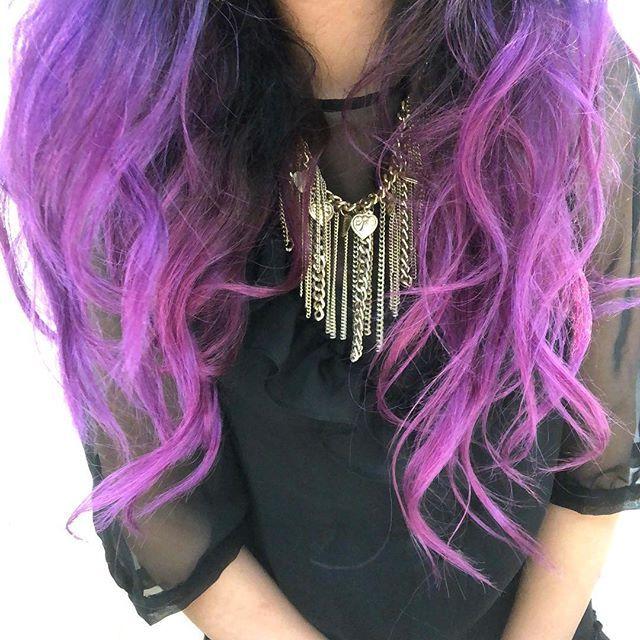 Que increíble que solo me queden las puntas moradas si hace nada que me teñí todo. Esto del cabello de colores es adictivo como los tatuajes solo que más costoso para mantener y que desaparece en el tiempo pero igual vale la pena. #purplehair