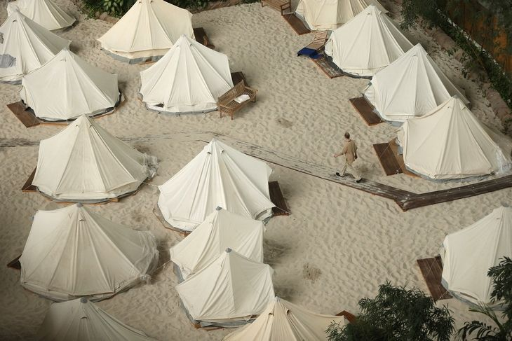 Resort playa Tropical. La Gente puede alquilar una tienda de campaña en la playa.