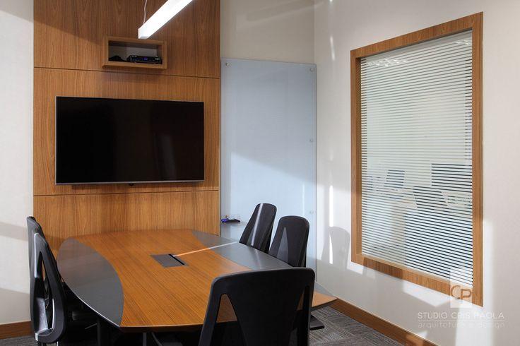 STUDIO CRIS PAOLA: Sala de reunião em escritório na Berrini. A janela de vidro com adesivo listrado garante privacidade para quem está dentro e ao mesmo tempo controle do que acontece por fora. Lousa de vidro branco se camufla na parede e garante uma boa área para as anotações durante a reunião. Projeto da arquiteta Cris Paola #studiocrispaola #lousadevidro #marcenaria #corporativo #carpete