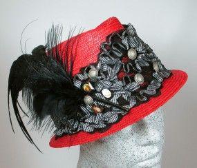 Dirndlhut rot mit schwarz-weißer Spitzenborte und Federn