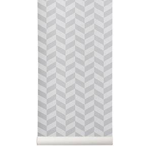 Papier peint en rouleau signé Ferm Living. Amusez-vous à décorer vos murs avec ce papier peint motif chevron gris. Graphique,