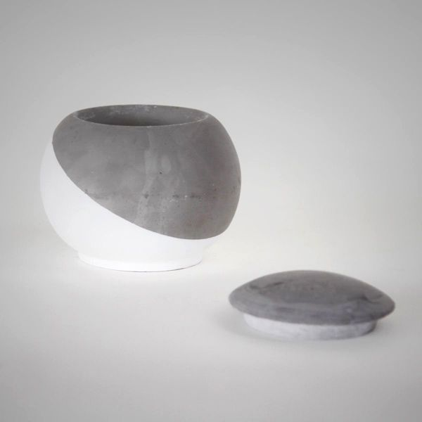 EC30 CONCRETE VESSEL+LID ↔7.0cm ↑9.0cm. Grey matte concrete vessel with lid. High quality handmade objects Designed+Made by Decovery | Essential Details.