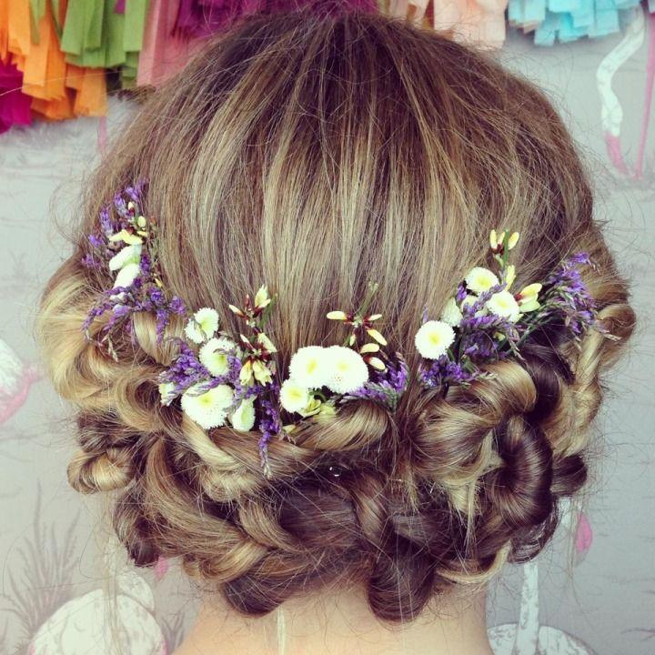 結婚式ってとっても気合いれなきゃ!というわけでとってもとっても作りこんじゃいがちだけど、なちゅふわのヘアアレンジがすごくかわいいと思うのです。なのでリアルフラワーと編みこみという最強になちゅふわな組み合わせのヘアアレンジをまとめました。