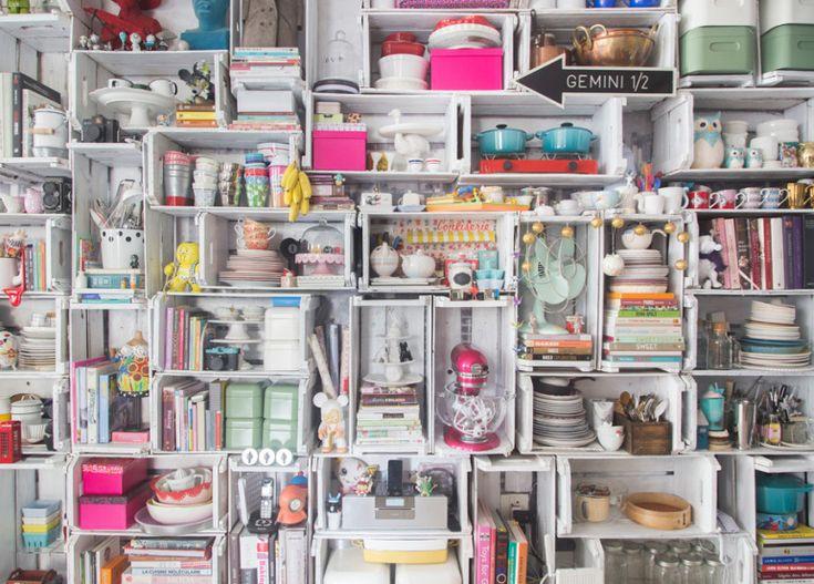 Uma estante feita com caixotes de feira pintados de branco ajuda a organizar os itens de cozinha. Veja o ambiente completo em www.historiasdecasa.com.br #todacasatemumahistoria #shelfie #caixotes #cozinha