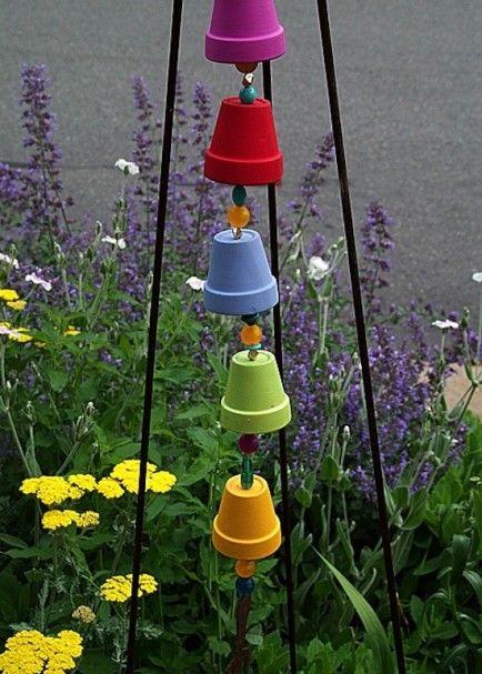 Regenbogenwindspiel aus Terrakottatöpfen - auch eine tolle bastelidee mit den Kindern