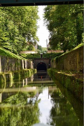 le canal de Bourgogne sous la ville de Pouilly