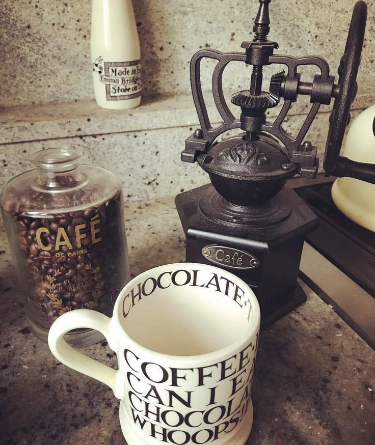 Happy Thursday! Almost the weekend!😊Love using my traditional coffee grinder - coffee at its best 😍☕️ . . . #traditionalcoffeegrinder #coffee #grinder #blacktoast #happythursday #instacoffee #coffeeonamorning #coffeebeans #coffeelovers #emmabridgewater #cottagekitchen #myhome #vintage #granitecountertops ☕️😊