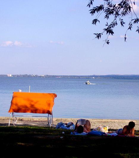 Balatonfüredi Eszterházy Strand. A strand a város keleti felén található, a Tagore-sétányon keresztül is meg lehet közelíteni. Számos szolgáltatás várja itt a látogatókat, nem véletlen, hogy az Eszterházyt a város legelegánsabb önkormányzati strandjának tartják. Külön belépő ellenében a strandon belül működő élményfürdőt is ki lehet próbálni.