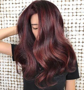 Ricos tonos de vino tinto. | 17 Colores de cabello hermosos que deberías probar