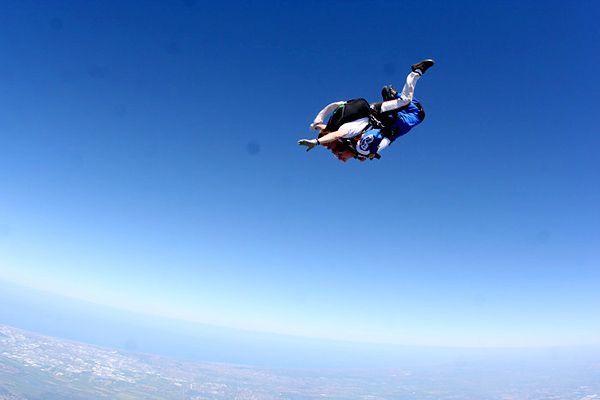 """Het is inmiddels bijna twee jaar geleden, maar het gevoel kwam helemaal terug toen ik laatst weer bij Skydive Rotterdam stond. Op mijn """"bucketlist"""" stond parachutespringen hoog genoteerd en op mijn dertigste verjaardag was het moment daar!"""