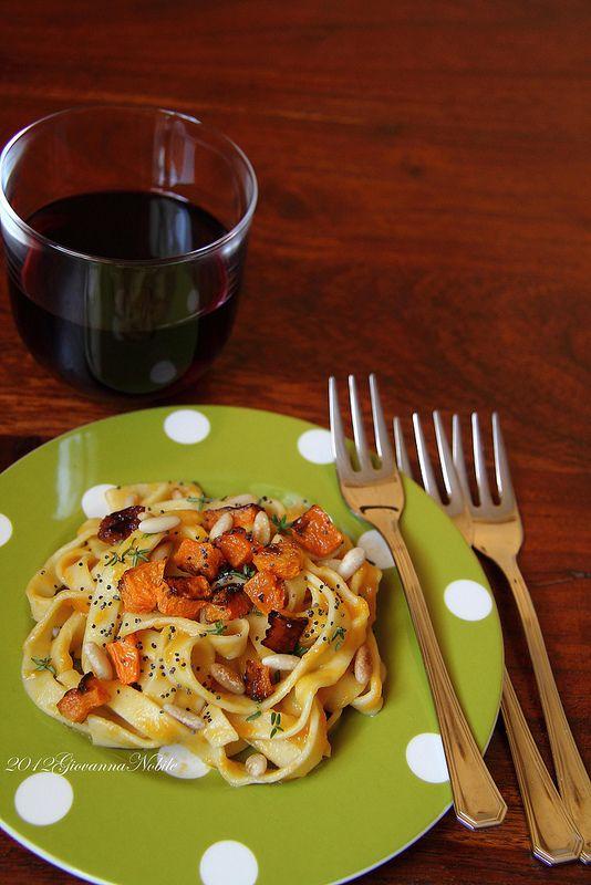 la cuoca eclettica: Tagliatelle con crema di zucca, pinoli e semi di p...