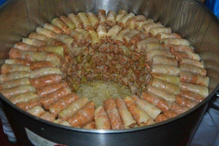 Hozzávalók: 2 kg savanyú káposzta 20 db savanyú káposztalevél 25 dkg rizs 6 gerezd fokhagyma 3 fej vöröshagyma 50 dkg erdélyi szalonna 1 nagy szál...
