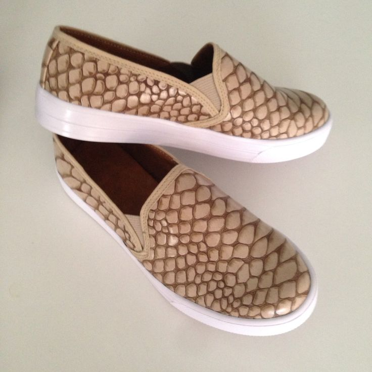 Slip-on cocodrilo beige moda Fashiontrends medelli Colombia zapatos shoestrends