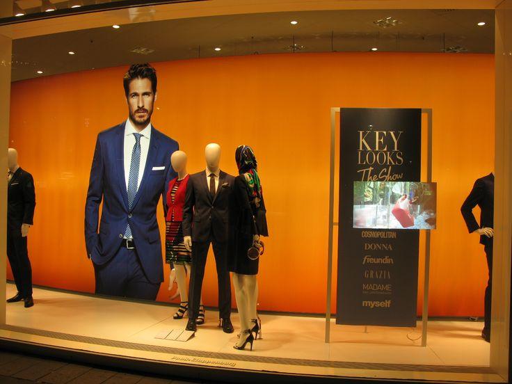 Kevään avainasiat pukeutumisessa on heijastettu liikkuvana kuvana ikkunapintaan. Varsin pysäyttävää.  Yritys Peek & Cloppenburg http://www.peek-cloppenburg.com/en/web-en/  euroshop. euroshop 2017. window display. fashion. visual merchandise. shop desing.