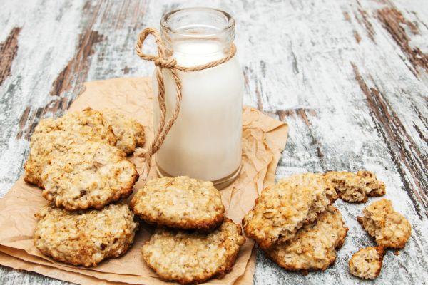 Van otthon zabpehely? Akkor máris van 10 ötletünk, amit kezdhetsz vele! A zab az E-vitamin mellett a szervezetednek fontos ásványi anyagokat és rostokat is tartalmaz, és bár önmagában nem túl izgalmas az íze, de nagyon könnyen feldobhatod, és egészséges, ízletes finomságokat készíthetsz belőle. Hoztunk 10 receptet és tippet! Készítsd el a saját müzlikeverékedet: minden benne lesz, amit …