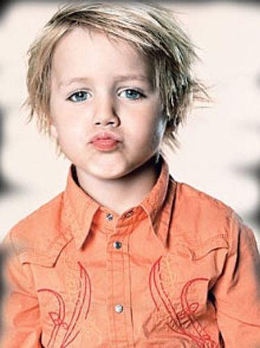 Coiffure désordonnée pour garçon aux cheveux blonds